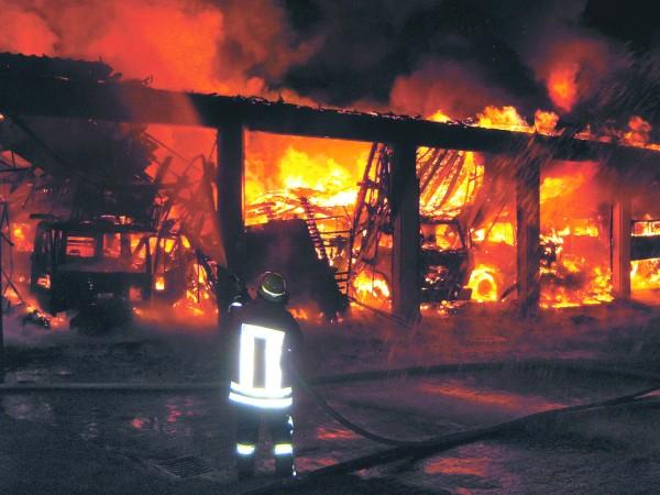 Brennendes Feuerwehrhaus Syke. Foto: Specht/Feuerwehr