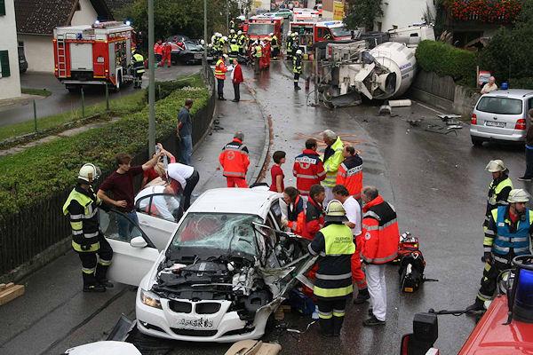 Zwei Pkw-Insassen sind in ihren Fahrzeugen eingeklemmt.