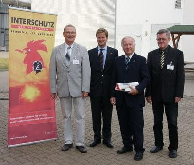 Auf dem Bild (von links): Prof. Dr. Reinhard Grabski (IdF Heyrothsberge), Stephan Ph. Kühne (Deutsche Messe AG), Hans Jochen Blätte (vfdb), Dr. Horst Starke (IdF).