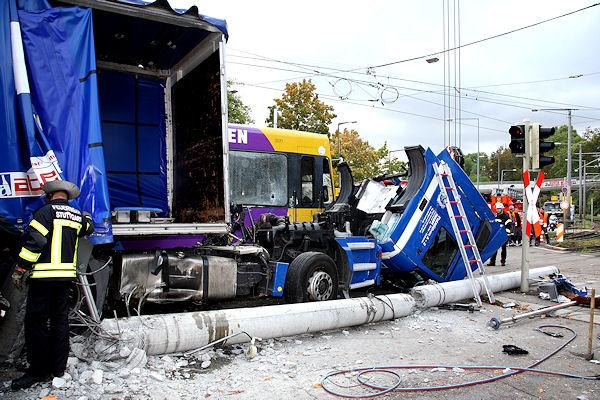Trümmerfeld nach einem schweren Stadtbahnunfall in Stuttgart. Foto: Benjamin Beytekin