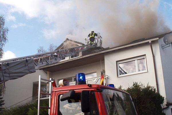 Rauchmelder warnt Bewohner bei Dachstuhlbrand. Foto: Henning Prill