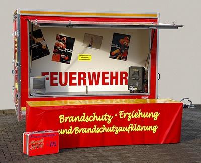 Zur Grundausstattung des Anhängers gehören Brandschutzkoffer und Beschallungsanlage