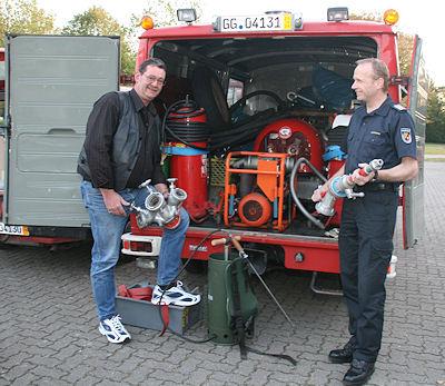 """Martin Schuldt (rechts) und Jürgen Strohauer haben zwei ausgediente Feuerwehrfahrzeuge für Südamerika """"versandfertig"""" gemacht. Foto: Bauer/Feuerwehr"""
