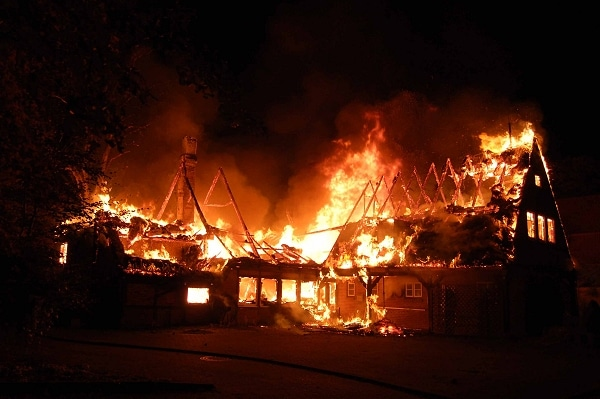 Feuer vernichte ehemaligen Landgasthof. Foto: FF Molfsee