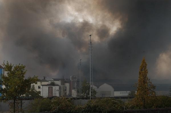 Großfeuer im Bremer Industriehafen. Foto: Olaf Preuschoff