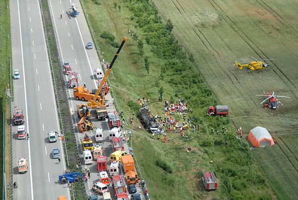 Archivfoto: Am 18. Juni 2007 kam es auf der A 14 zu diesem schweren Busunfall. Foto: Polizei