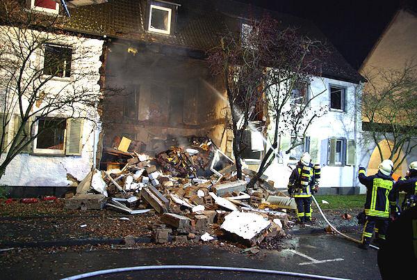 Das Wohnhaus stürzte nach der Explosion teilweise ein. Foto: Michael Ehresmann / wi112.de