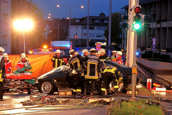 Schwerer Verkehrsunfall in Stuttgart-Bad Cannstatt. Die Feuerwehr befreit den eingeklemmten Beifahrer. Foto: Andreas Rosar