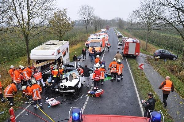 Eine 36-jährige Frau stirbt nach einem Verkehrsunfall bei Stade (NI). Drei weitere Personen erleiden lebensgefährliche Verletzungen. Foto: Polizeiinspektion Stade