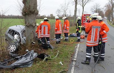 Die Feuerwehrkräfte konnten den eingeklemmten Fahrer nur noch bergen. Foto: Martin Köster / Feuerwehr