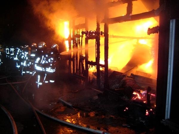 Feuer zerstört Vereinsgebäude. Foto: Feuerwehr Heusenstamm