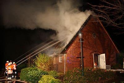 Löscharbeiten an der brennenden Kirche in Over. Foto: Matthias Köhlbrandt / Feuerwehr