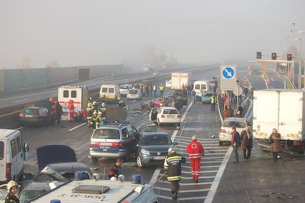 Massenkarambolage auf der österreichischen A 1 bei Amstetten. Foto: Philipp Gutlederer / Feuerwehr Amstetten