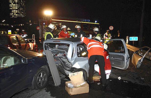 Rettungskräfte kümmern sich auf der A 94 um eine eingeklemmte Autofahrerin. Foto: BF München
