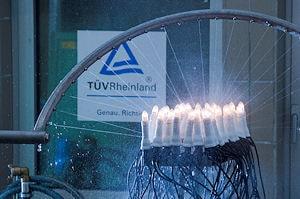 """Lichterkette im künstlichen """"Regen"""" - bleibt die Beleuchtung sicher und trocken? Foto: TÜV Rheinland"""