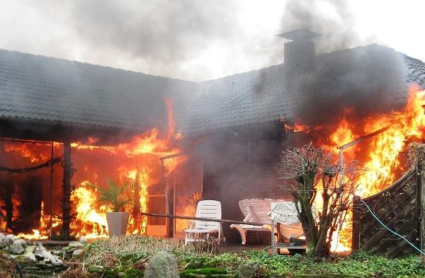 Wohnhausbrand in Petershagen. Foto: Polizei Minden-Lübbecke