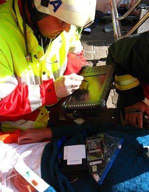 Das Rettungsdienstgerät und die Software unterstützen den Notarzt bei der Behandlung und der Sichtung. Der TAG speichert Daten und vernetzt sich im Gesamtsystem. Foto: idw / FH Köln