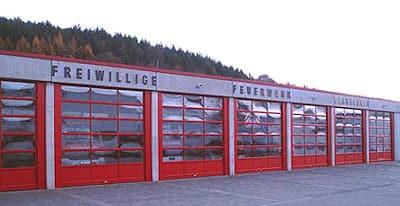 Feuerrote Farbe und weite Glasflächen prägte die neue Fassade der Feuerwache in Gladenbach. Die alten Falttore waren im Rahmen des Konjunkturpakets II durch ferngesteuerte Sektionaltore ersetzt worden. Foto: Feuerwehr