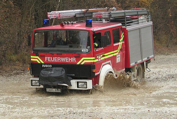 Training im Gelände für die Feuerwehr Dachau - beim Durchfahren von Wasserlöchern ist Vorsicht angesagt. Foto: Feuerwehr