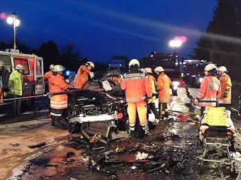 Schwerer Verkehrsunfall auf der B 35 bei Bruchsal. Die Feuerwehr rettet eine eingeklemmte Frau. Foto: Heinold / Feuerwehr