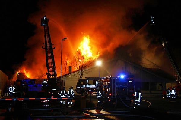 Der Aldi-Markt in Kreuth-Weissach brennt in voller Ausdehnung. Foto: Georg Jackl