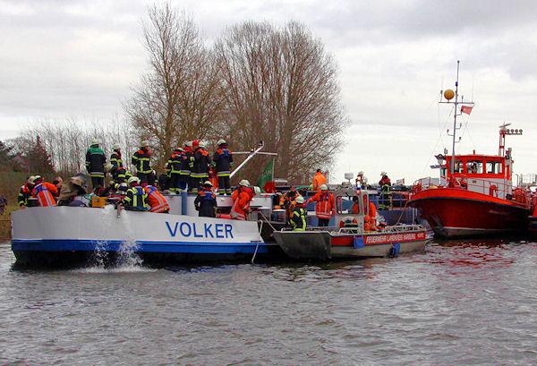 Eindringendes Wasser wird aus dem havarierten Tanker abgepumpt. Foto: Timo Jann