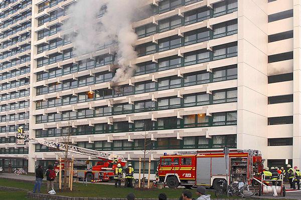 Rauch dringt aus dem Münchener Studentenwohnheim. Foto: BF München