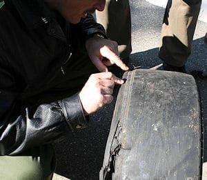 Untersuchung der abgefahren Reifen. Foto: Polizei / VOX