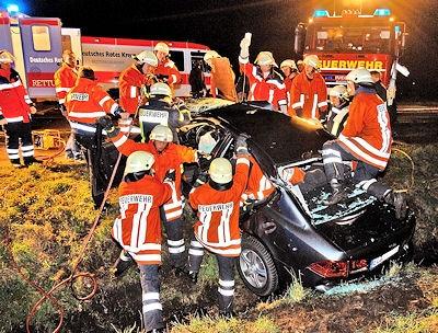 Nach dem Unfall steht das Unfallfahrzeug in einem Graben, was die Rettung erschwert. Foto: Stephan Konjer