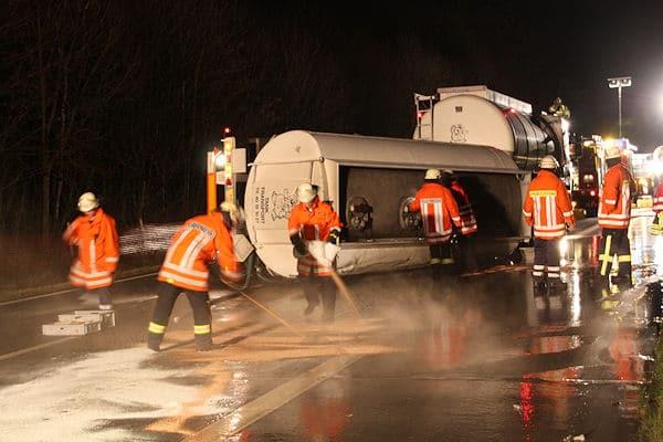 Feuerwehrleute streuen das ausgelaufene Öl ab. Foto: Matthias Köhlbrandt / Feuerwehr