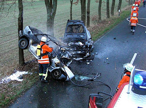 Der Fahrer des ausgebrannten Golf starb an der Unfallstelle. Foto: Rainer Schütze / Feuerwehr