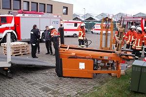 Die Feuerwehr Braunschweig hat einen Mann befreit, der unter diesem Gabelstapler eingeklemmt worden war. Foto: BF