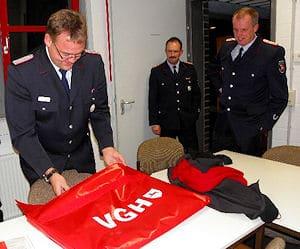 Übergabe der von der VGH gestifteten Rauchverschlüsse. Foto: Holger Schmalfuß / Feuerwehr