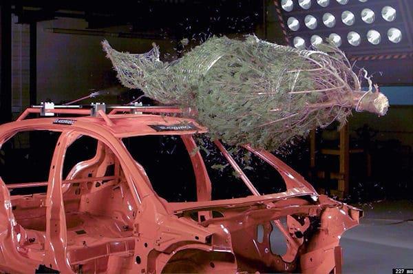 Crashtest: Ein Weihnachtsbaum kann zum tödlichen Geschoss werden. Foto: ADAC