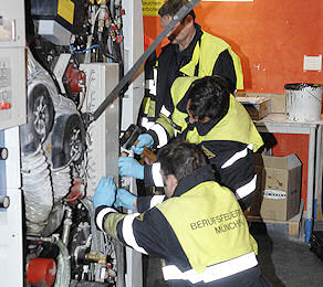 Feuerwehrkräfte suchen in der Druckmaschine nach den abgetrennten Fingern. Foto: BF München