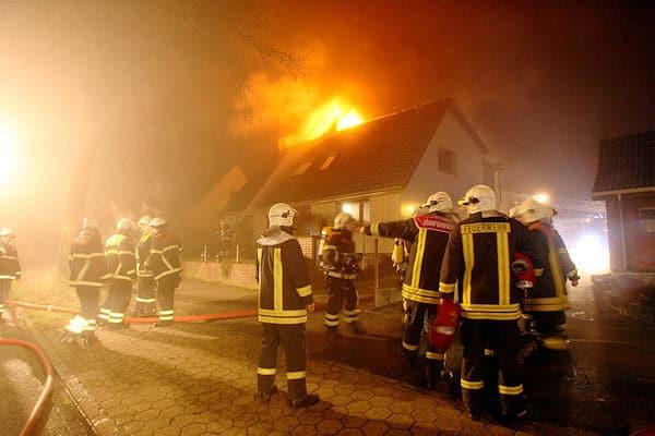 In diesem brennenden Wohnhaus in Glinde starb ein 77-Jähriger. Foto: Florian Büh