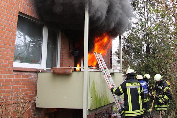 Flammen schlagen aus der Erdgeschosswohnung, an dieser Stelle kann die Feuerwehr nicht mehr eindringen. Fotos: Timo Jann