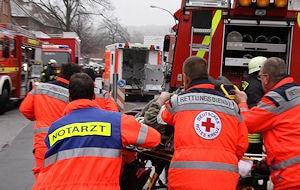 Der Rettungsdienst transportiert die schwer Verletzte zum RTW. Foto: Timo Jann