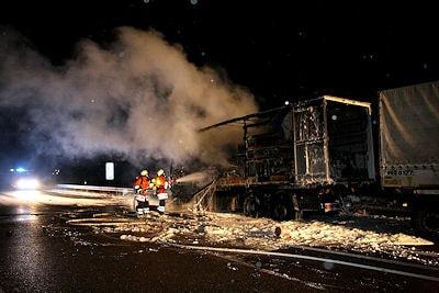 Brennender Gefahrgut-Lkw auf der A 8 bei Merklingen. Foto: Benjamin Beytekin