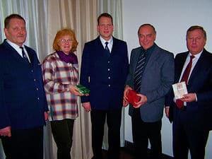 Die Ratsmitglieder in Sprockhövel erhielten von der Feuerwehr Rauchmelder als Geschenk. Foto: Feuerwehr Sprockhövel
