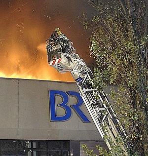 Transporer brennt auf Parkdeck. Foto: Feuerwehr München