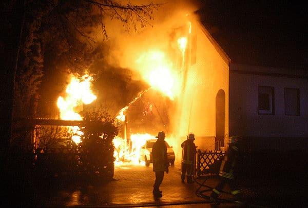 Brand-Tragödie in Unna: Fünf Menschen starben in diesem brennenden Gebäude. Foto: S.R.