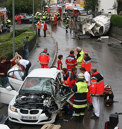 Schwerer Verkehrsunfall in der Ortsdurchfahrt von Oberbrunn (BY). Foto: Jürgen Römmler