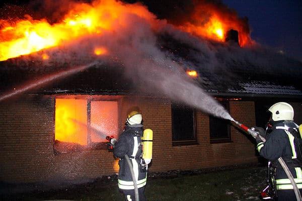 Ein Bungalow in Basedow brennt völlig aus. Foto: Timo Jann