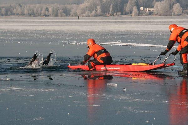 Übung einer Eisrettung auf dem Wörthsee (BY) im Januar 2009. Foto: Jürgen Römmler