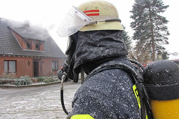 Ein Atemschutzgeräteträger ist nach seinem Einsatz von einer Eisschicht überzogen. Foto: Michael Klöpper