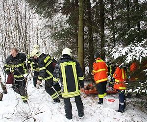 Ein Mann wird aus einem Wald bei Herdecke gerettet. Foto: Martin Off / Feuerwehr