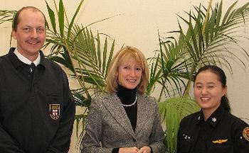 Oberbrandrat Markus Obel, Berufsfeuerwehr Koblenz, Bürgermeisterin Hammes-Rosenstein und Fire Lieutenant Jeonghee Jin (v.l.n.r.)