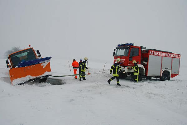 Die Feuerwehr Meißen befreit mit Hilfe eines Rüstwagen ein Räumfahrzeug. Foto: Christoph Ruppert
