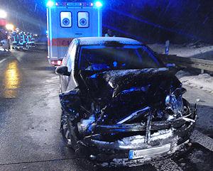 Dieser Pkw war auf das Feuerwehrfahrzeug aufgefahren. Foto: Thomas Heinold / Feuerwehr